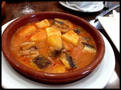 El Allipebre (all y pebre o pebre-roig, como su nombre indica) es ajo, guindilla, sal, aceite, pimentón rojo y anguila.