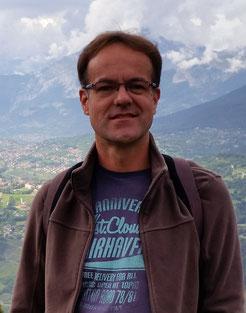 Peter, ein sehr guter Freund, vor einem Bergpanorama
