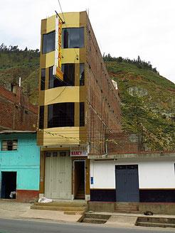 Ein peruanisches Hotel, wie oft anzutreffen. Die meisten Zimmer haben keine Fenster oder nur kleine Oberlichter.  Enge Treppenhäuser, sowieso nie einen Lift.