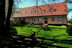 Haus mit Liege- und Spielwiese