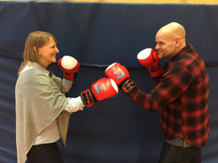 Stefani Wolfhagen und Patrick Schuppli (ReBBZ Altona - Ganztagsschule Carsten-Rehder-Straße) freuen sich über die schuleigenen Handschuhe.