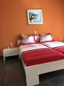 Schlafzimmer mit Doppelbett, grossem Kleiderschrank und Schuhschrank / Ablage