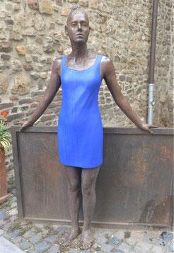 """Skulptur """"Blaue Frau"""" von Klaus Schmetz"""