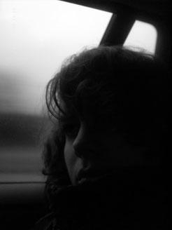 Nachdenkliche Frau im Auto