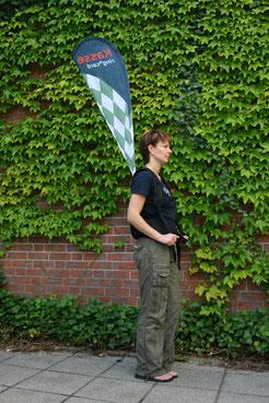 Promowalker mit Rückenträger und Tasche für Flyer, Kasse oder ähnliches
