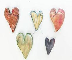 Des coeurs rafistolés en tissus réalisé par Nac l'artiste de La Rafistolerie via le site de Cloé Perrotin