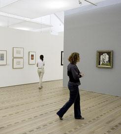 Zentrum Paul Klee: Eine Besucherin betrachtet Bilder von Picasso.