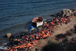 Schwimmwesten und gestrandete Boote am Strand von Lesbos