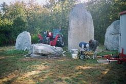 Recollage d'un menhir en grès dans le bois de Fourgon à Avrillé (Vendée)