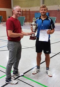 1. Platz: Kristof Szydlowski wird von Kreiswart Thomas Freitag ausgezeichnet. Fotos: Ronny Schlägel/TT-Kreis WM