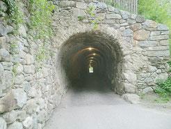 Tunnel genannt Knappenloch, Mittelalterliche Verbindung zwichen Dorf Tirol und Schloss Tirol