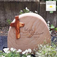Kylltaler Sandstein mit Kreuz aus Olivenholz