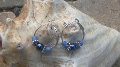 Creolen versilbert 2.5cm mit nachtblauer Glanzperle, Blumen Metallperlen und hellblauen Glasperlen