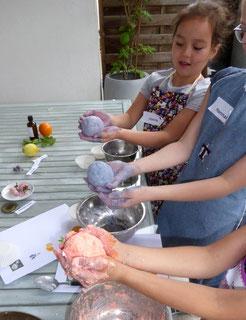 Seifenkugeln, Formen und Färben von Seifen, Kinder-Ferien-Spaß