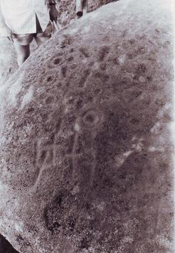 La pierre de la Merlière avec Mr Léonard en haut à gauche.
