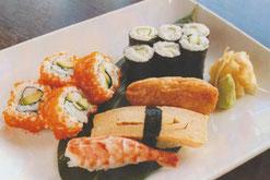 California Sushi Roll mit Garnelen Nigiri und Gurken-Röllchen
