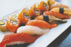 Gemischtes Sushi mit Nigiri aus Thunfischfilet, Eier-Omelette, Jakobsmuscheln, Wolfsbarsch und mit California Roll