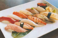 Gemischtes Sushi mit Mix aus Lachs, Jakobsmuscheln, Thunfisch, Garnelen und Omelette