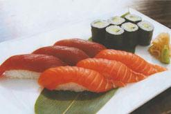 Sushi Nigiri und Maki mit Thunfisch, Lachs und Gurke