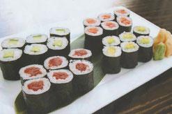 Sushi Maki mit Thunfisch-Röllchen, Avocado-Röllchen und Misosuppe