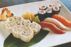 Sushi Mix aus Nigiri, Garnelen und Thunfisch-Röllchen