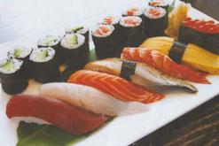 Sushi Menü mit Thunfisch, Lachsfilet, Maki, Wolfsbarsch und Garnele