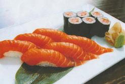 Sake-Maki mit Lachsfilet Nigiri und Misosuppe
