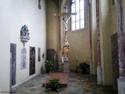 Grabmal (roter Stein) des Stifters Georg Altdorfer