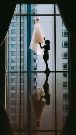 Frau bekommt Kleid für Entspannung