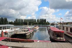 Boote liegen vor Anker in Stralau, Friedrichshain in Berlin. Foto: Helga Karl