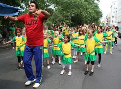 Umzug  beim Kinderkarneval der Kulturen. Tanzgruppe. Foto: Helga Karl