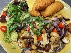 """""""Linda"""" Hähnchenfilet auf Dinkelpanade mit Martins Bratkartoffeln & Salat"""