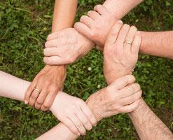 Hände bilden einen Kreis, Team verbindet sich