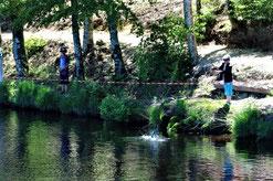 Les enfants de Tarnac au bord de l'étang de l'Enclose
