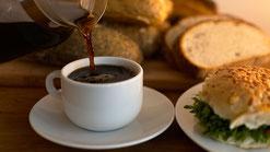 3.カフェで朝食か家で朝食