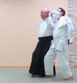 画像①左半身片手取り:右半身へ入り身転換した陰の魄氣の右非軸足に対して左軸足と同側の魂氣を左側頸に昇氣で結んでいる。