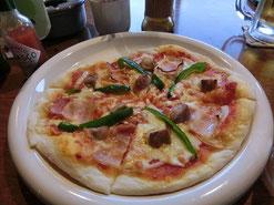 さて!ライブ前に軽く食事~。パヤラのピザ最高♪仲良く3人で分けました^(ノ゚ー゚)ノ☆