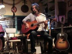 ヨシ兄、本日3本ギターを準備しましたぁ。あれ?いつの間に着替えたんだぁ?勝負服ですか?o(@.@)o