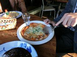 タロ君飯。ピザ、うまそぉー。タバスコかける?かけない?の討論始まる・・・