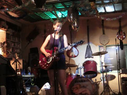 ハナさんの曲は全てオリジナル♪彼女この夏、ヒッチハイクで日本縦断ライブツアーを計画中ヽ(^o^)丿