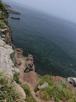 今度は命綱も使わずに、崖下へ降りてったぞ。「ウッチー、写真撮ってー」 *。(*´Д`)。ハイハイ