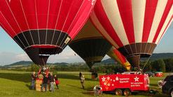 Um 19:30 Uhr sind die Passagiere bereits in den Korb geklettert, nun stehen die ersten Ballons bereit für den Start. © Copyright by Olaf Timm