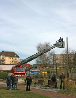 Die Steigleiter des Feuerwehrautos wird in Position gebracht