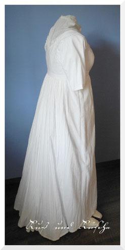 Seitenansicht des Kleides. Die Kleiderpuppe ist etwas größer als ich, das Kleid hat eine kleine Schleppe.