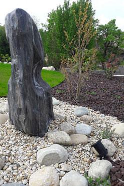 Spot d'éclairage extérieur pour éclairage et mise en valeur d'une pierre décorative au jardin