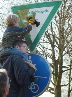 Finn mit seinem Papa Karsten Hessler beim Putzen der Schilder