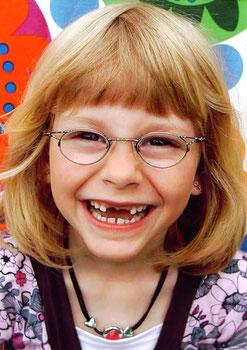 Foto: Lachendes Kind mit Brille