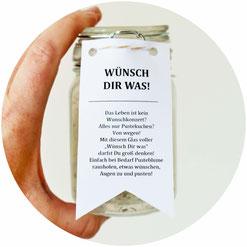 """Bild: DIY Geschenkidee """"Wünsche"""" im Glas, ein schnelles last-minute Geschenk mit Pusteblumen bzw. Löwenzahn, als Geburtstagsgeschenk, zum neuen Jahr, Muttertag, der Hochzeit, dem JGA bzw. der Bridal Shower oder einfach mal so, gefunden auf Partystories.de"""