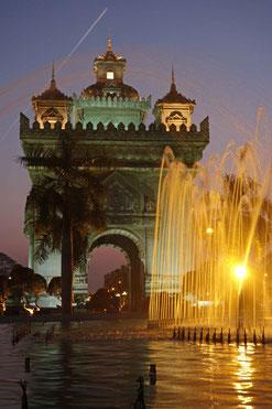 """Le Patuxai à la nuit tombée, """"l'arc de triomphe"""" laotien"""