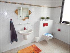 Großes Bad im Seitentrakt Happy-family-domizil
